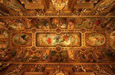 Afrescos e pinturas no teto do foyer da Ópera de Paris