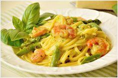 PASTA-GARNELEN IN PESTO UND SPARGEL (GF) - Die Garnelen und das Gemüse werden in der Sahnesoße mit Pesto auf Linguine angerichtet.