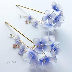 紫陽花(あじさい)の簪になりますお色は青紫の薄いグラデーションのお花に、中央に一つ一つ水晶(天然石)をあしらいました。チャームは取り外し可能となります。上のお花よりもワンサイズ小さい花を散りばめ、水晶やフロスト加工されたチェコビーズや花と相性の良いラベンダーオパールのチェコビーズ、雫を垂らしました。浴衣や着物にも。全長 約15cmかんざしの長さ 12.5cm紫陽花の花 約2.8cmチャーム 約7.5cmチャームの花 1.8cm水晶 4mmフロストチェコビーズ 4mmラベンダーオパールチェコビーズ 6mm雫 9mm素材はプラバンです『涼しいハンドメイド2016』『夏休みハンドメイド2016』こちらの商品は着色後にニス止めしております。とても繊細な商品ですので気をつけてお取り扱いください箱に入れての発送となります。一つ一つ丁寧に作っておりますがハンドメイドの為若干の色の濃さ、形が違います神経質な方はご遠慮ください『ブルーハンドメイド2017』