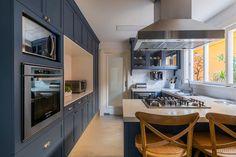 cozinha provençal com armarios azuis e tampo branco e piso ... Estilo Shaker, Provence, New Homes, Kitchen Cabinets, Loft, House Design, Architecture, Luxury, Columbia