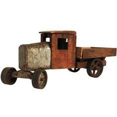 Camion de madera y hojalata
