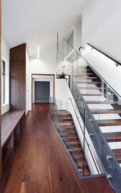 Escalera de cristal y madera