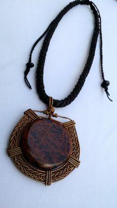 Obsidiana roja engarzada con cobre, cordón tejido con hilo encerado