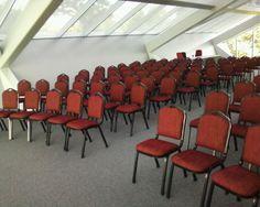 Scaune de conferinta de inchiriat. Conference Room, Chair, Table, Furniture, Home Decor, Homemade Home Decor, Meeting Rooms, Tables, Home Furnishings