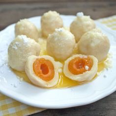 Tvarohové knedlíky s ovocem - traditional Czech cheese dumplings with fruits (strawberries or plums) - recipe in Czech Plum Recipes, Sweet Recipes, Jewish Apple Cakes, Czech Recipes, Cooking Classes, Dumplings, Family Meals, Food And Drink, Eggs