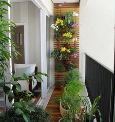 Kleiner Balkon mit Blumenkübeln und Rankgitter