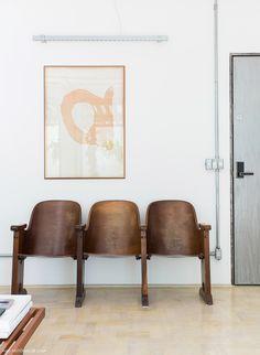 Cadeiras garimpadas na sala de estar desse apê em SP.