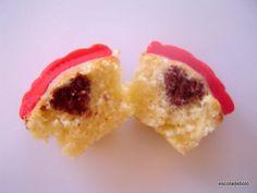 Vi em um editorial de moda uns cupcakes com corações dentro, achei muito lindos e resolvi fazer um passo a passo. Usei a massa do cupcake de baunilha da Magnólia Bakery para fazer os cupcakes.