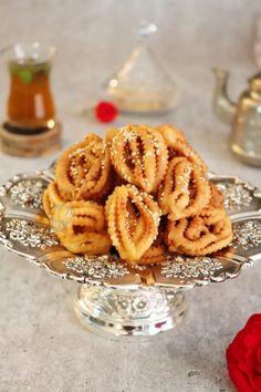 Griwech Algérien | Gourmandise Assia Mooncake Recipe, Algerian Recipes, Beignets, Moon Cake, Onion Rings, Eid, Biscuits, Chicken Recipes, Cheesecake