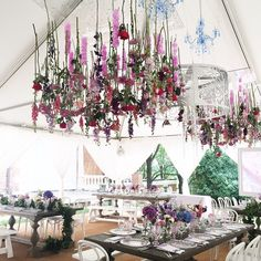 Still thinking about that amazing lunch (by @ridgewellsdc) when we dined under a floral chandelier created by @philippatarrant! #weddingsbyridgewells