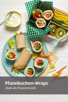 Diese herzhaften Wraps gefüllt mit Salat, Käse und Paprika eignen sich perfekt für die Mittagspause oder als gesunder Snack für zwischendurch. #wraps #pfannkuchen #salat #käse #paprika #pausensnack