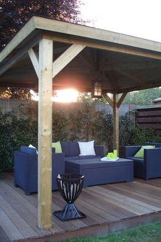 Sfeervol prieel met schoren, gemonteerd op een houten vlonder. Onder het prieel een loungeset en een vuurhaard, helemaal af! #blokhutvillage