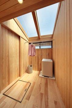 天窓付サンルームなら花粉症でも安心: 四季の住まい株式会社が手掛けた洗面所/お風呂/トイレです。