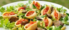 Conchiglioni plnené paradajkami posypané opekanou hlivou a mandľami Skôr než príde čas sviatočného hodovania, doprajte si ešte ľahký #šalátik. #conchiglioni #mušle #šalát #hliva #mandle #paradajky #recept http://varme.dennikn.sk/recipe/conchiglioni-plnene-paradajkami-posypane-opekanou-hlivou-a-mandlami/