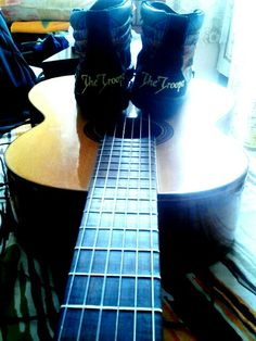 My acoustic guitar and my boot, meu violao e meu tenis
