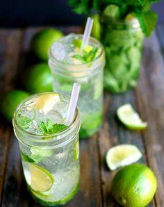 Mojito  Ingredientes: 15 hojas de hierbabuena. 2 limones. 1,5 oz de ron  Soda 2 cucharadas de azúcar  Hielo picado o en cubos  Preparación:  Tendremos que usar un vaso grande, en el que meteremos 14 hojas de hierbabuena. La última la vamos a dejar para usarla como objeto decorativo. Ahora añadimos dos cucharadas de azúcar blanco y exprimimos todo el jugo de los 2 limones sobre el vaso del azúcar. Usando un mortero, presionaremos para que se mezclen bien todos los ingredientes del v