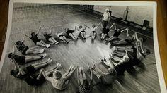 Een begrip in Stiens, juffrouw Hieke, hier met de dames in het gymnastieklokaal van de Master Hoogeveenskoalle.