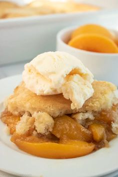 This Peach Cobbler recipe is so incredibly easy to make. Use fresh or canned peaches for this delicious and comforting dessert. Can Peach Cobbler, Southern Peach Cobbler, Peach Tart Recipes, Sweet Recipes, Yummy Recipes, Easy Desserts, Delicious Desserts, Yummy Food, Baked Peach