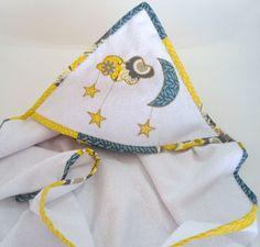 Uma toalha felpuda com capuz e aplicação de estrelas,lua e nuvem (constelação) medido 0,90cm x 0,90cm.  O acabamento é em viez produzido em tecido, o mesmo tecido usado nas aplicações. Os detalhes desse viez o caracterizam de trabalho em patchwork.  Uma toalha em tecido fralda dupla face, mais resistente e macio, proporcionando maciez ao enxugar o bebê.  Para usá-las e preciso colocar a toalha fralda dentro da toalha felpuda, ambas abertas.  Produto aconchegante, macio e eficaz ao secar seu…
