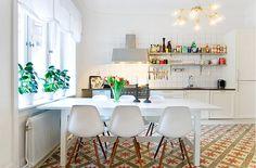 kitchen tiles, eames chairs, white kitchen, open shelving