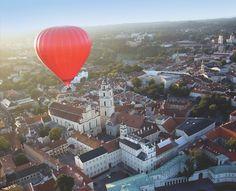 ビリニュスは世界でただ一つの世界遺産の上空を気球で飛べる街です。気球から見る旧市街は綺麗ですよー。