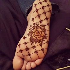 The unique bridal sole mehndi/henna designs are trending these days among Indian brides. We have curated some latest and unique bridal mehndi designs. These latest bridal foot mehndi/henna designs for the Indian wedding season. Mehndi Designs Finger, Latest Bridal Mehndi Designs, Henna Designs Feet, Legs Mehndi Design, Mehndi Designs For Fingers, Modern Mehndi Designs, Beautiful Henna Designs, Henna Tattoo Designs, Mehndi Designs For Girls