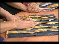 Como fazer um bolsa em tecido revertida e customizada com retalhos de jeans desfiados e forrada.