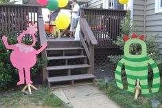To accompany Lynsey's two posts about Nola's Birthday Party and the amazing invitations she made, I wanted to share this DIY project. One of the many things that we wanted to do for Nola's Birthday was create a Yo Gabba Gabba Photo Op. We love to hav