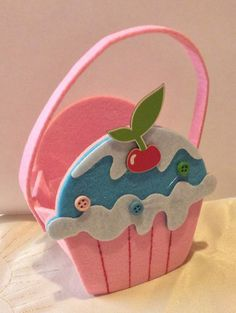 by 2019 Handmade felt cupcake bag. by The post Handmade felt cupcake bag. by 2019 appeared first on Bag Diy. Kids Crafts, Foam Crafts, Diy And Crafts, Paper Crafts, Cupcake Crafts, Felt Kids, Felt Cupcakes, Pot A Crayon, Hello Kitty Birthday
