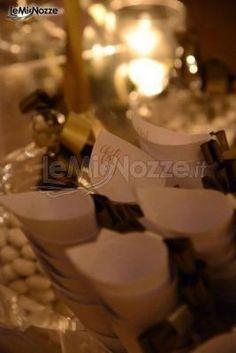 http://www.lemienozze.it/operatori-matrimonio/bomboniere/i-confetti-di-rosemarie/media/foto/2 Coni porta riso con le iniziali degli sposi