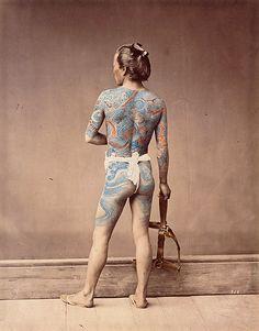 """Garçon d'écurie tatoué, 1880 ?, photo:Felice Beato et/ou Raimund von Stillfried-Ratenicz, Album """"Les Japonais"""", épreuve n° 162, BnF, département des Cartes et Plans, Société de géographie, Sg Wd 232 (162)"""