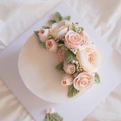"136 Likes, 1 Comments - 루이스 플라워케이크_분당 정자동 (@lewis_flowercake) on Instagram: ""love,love flowercake  수강생님들과 나눠먹을 이번주 사랑스러운 위클리케이크입니다:-) .  #flowercake #buttercreamcake #cake…"""