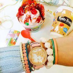 """@tuttifruttirussia's photo: """"Посмотрите на часы! Нам кажется, что самое #время отправиться в ближайшее #кафе Tutti Frutti, чтобы поднять себе #настроение и зарядиться эмоциями на целый день!  Собирайте друзей – вместе не только веселее, но и вкуснее. Еще больше ароматных топингов и сочных фруктов – для незаменимых поклонников замороженного йогурта!  #tuttifrutti #tuttifruttirussia #туттифрутти #tuttifruttifrozenyogurt #замороженныййогурт #Россия #dessert #sweets #delicious #instafood #кафе…"""
