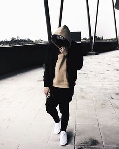 Miguel in the oversized beige hoodie Skor & passform byxor Male Urban Fashion, Men Fashion, Casual Outfits, Men Casual, Fashion Outfits, Beige Hoodies, Urban Street Fashion Photography, Beige Outfit, Urban Street Style