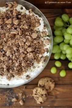 Weintrauben-Schichtdessert mit Schokoladencookies | Rezept | Nachtisch Snacks, Acai Bowl, Oatmeal, Deserts, Brunch, Food And Drink, Sugar, Eat, Breakfast