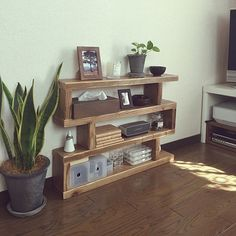 収納スペースを作るとき、棚や仕切りに最も活躍する木の板材。今回は、手軽に入手できたり、使わなくなった家具を解体してできた木の板材を使った収納のDIYアイデアをご紹介します。身近な材料を使って新鮮なアイデアが光る、木の板材による収納例をぜひ参考にしてみてください!