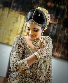 Saree Bridal Sari, Wedding Sari, Red Wedding, Wedding Bride, Bridal Dresses, Bridesmaid Ideas, Brides And Bridesmaids, Saree Painting, Reception Gown