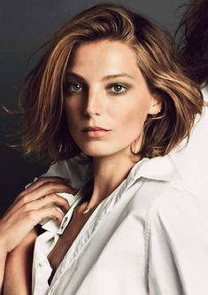 LE FASHION BLOG HAIR CRUSH DARIA WERBOWY NEW SHORT HAIR CUT BOB HIGHLIGHTS SPLIT TO THE SIDE WAVE PART 90S FEEL INSPIRED CLASSIC WHITE SHIRT 1