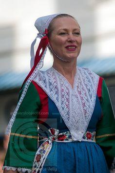 Femme en costume traditionnel de Plougastel
