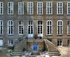 L'Hôtel d'Asfeld est le dernier hôtel d'armateur de Saint-Malo Intra-Muros n'ayant pas été détruit pendant la Seconde Guerre mondiale. Il a été construit par le riche armateur malouin Magon de la Lande au XVIIe siècle et fut la demeure de la famille Nouaïl du Fougeray en 1787. La demeure est classée Monument historique depuis 2000. Intra Muros, St Malo, Mont Saint Michel, Old Houses, Abandoned, Saints, Culture, Mansions, House Styles