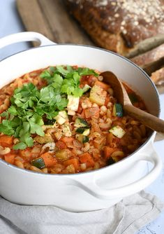 Minestrone soup – recipe for delicious soup and an easy minestrone - Suppe Road Trip Snacks, Nutritious Snacks, Clean Eating Snacks, Chana Masala, Soup Recipes, Good Food, Food And Drink, Meals, Vegetables