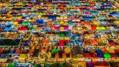 Im thailändischen Bangkok befindet sich ein Nachtmarkt namens Talad Nud Rod Fai hinter dem großen Einkaufszentrum Esplanade. Er öffnet am Abend und bietet Touristen und Einheimischen dann bis in die Nacht hinein zahlreiche Essensstände und preiswerte Waren. Foto: Aotaro  #Bankok #Thailand #TaladNudRodFai
