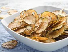 Für die Zucchini-Parmesan-Chips zunächst das Backrohr auf 110 °C vorheizen. Die Zucchini in dünne Scheiben schneiden (mit dem Messer oder einer