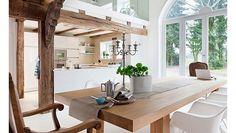 Drewno mahoniowe Nie da się pomylić mahoniu z innym drewnem, a to za sprawą jego ciemnoczerwonego zabarwienia. Podczas jego farbowania można otrzymać niepowtarzalne kolory. Solidny i efektowny mahoniowy mebel będzie służył przez lata.