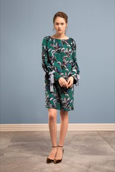 Guarda la sfilata di moda Maria Grazia Severi a Milano e scopri la collezione di abiti e accessori per la stagione Pre-Collezioni Autunno-Inverno 2017-18.
