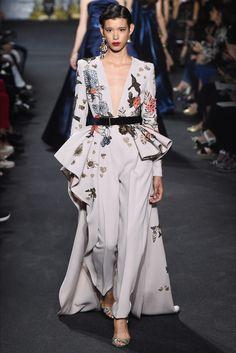Elie Saab Fall/Winter 2016 - Paris Haute Couture Fashion Week - News & Events Fashion Week, Runway Fashion, High Fashion, Fashion Show, Fashion Design, Paris Fashion, Fashion Trends, Elie Saab Haute Couture, Haute Couture Fashion
