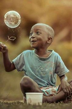 The joy, wonder and innocence of a child. And something of the whole world with the bubble Kids Around The World, People Of The World, Precious Children, Beautiful Children, Beautiful Smile, Beautiful World, Baby Kind, Happy Moments, Smile Face