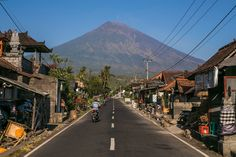 Fear of Volcano Eruption on Bali Drives 145,000 From Homes - The New York Times