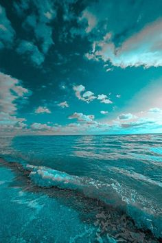 Gorgeous turquoise sky meets gorgeous turquoise ocean.