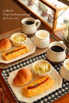 * nico@cafe モーニング * ツナコーンチーズのオムレツ コールスロー(あの店の味) ロールパン ヨーグルト コーヒー 昨日...